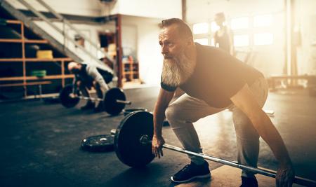 Mann beim Gewichtheben-  ©langstrup