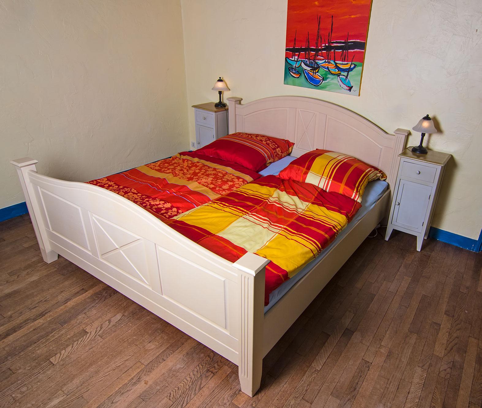 Zwei der Schlafzimmer sind mit Doppelbetten ausgestattet