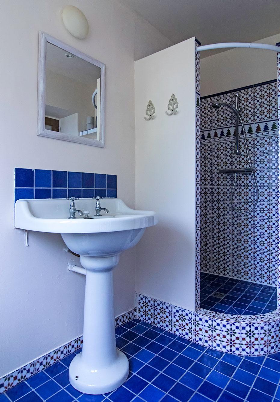 Toilette, Waschbecken und eine großzügige Dusche sind im Bad im Erdgeschoss untergebracht