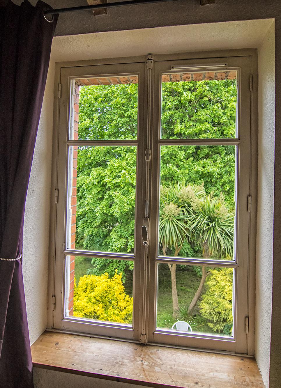 Blick vom Schlafzimmer in den idyllischen Garten
