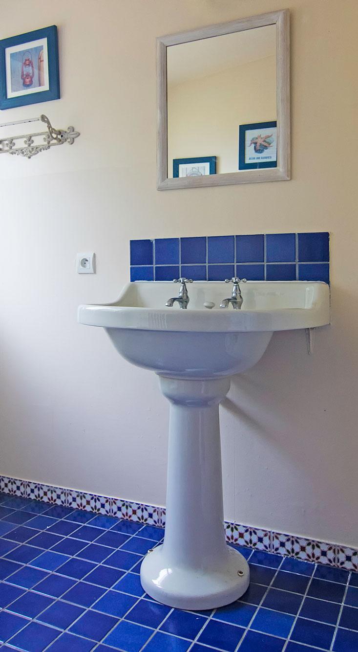 Das Bad im Erdgeschoss ist ganz im maritimen Stil gehalten