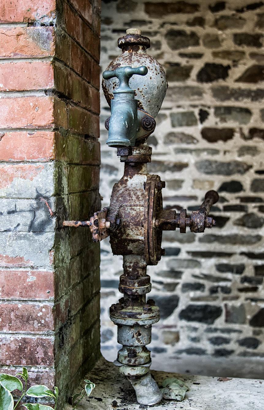 Ein Relikt aus alten Zeiten ist diese Wasserpumpe am Nebengebäude
