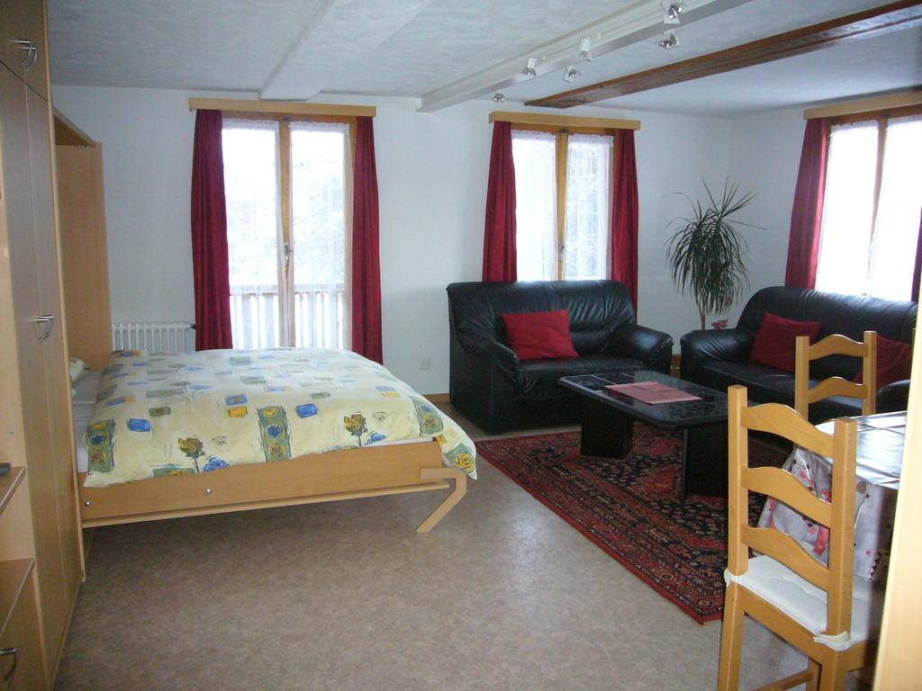 Wohn- / Esszimmer mit heruntergeklappten Betten