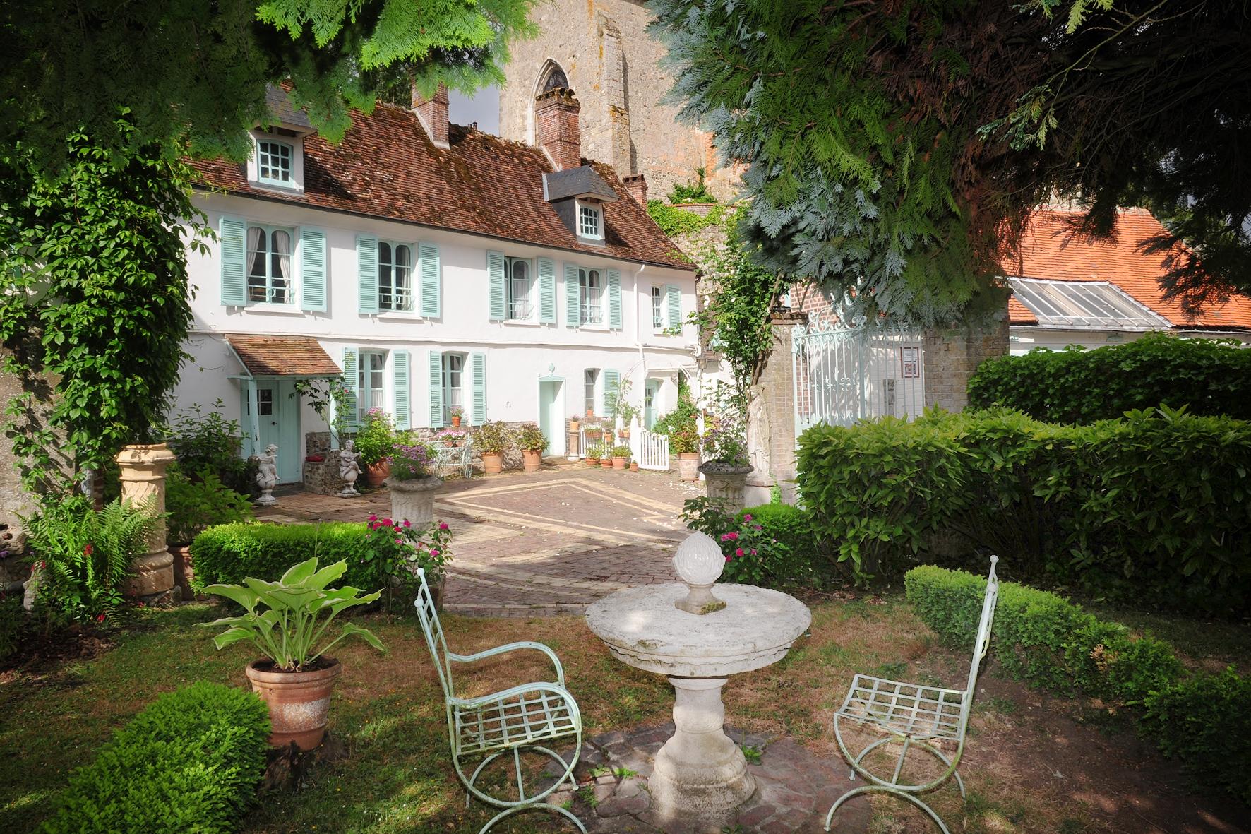 la maison et la cour de l'Atelier, au fond la Collégiale Saint Pierre