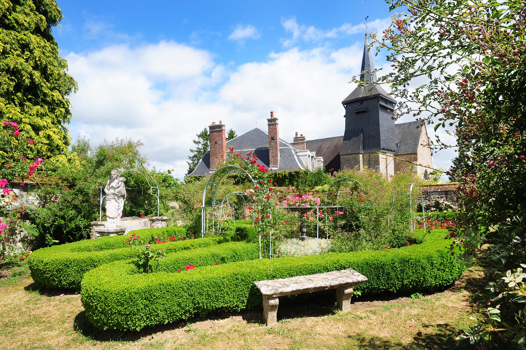 la Roseraie et la Collégiale Saint Pierre classée Monument Historique en 1984