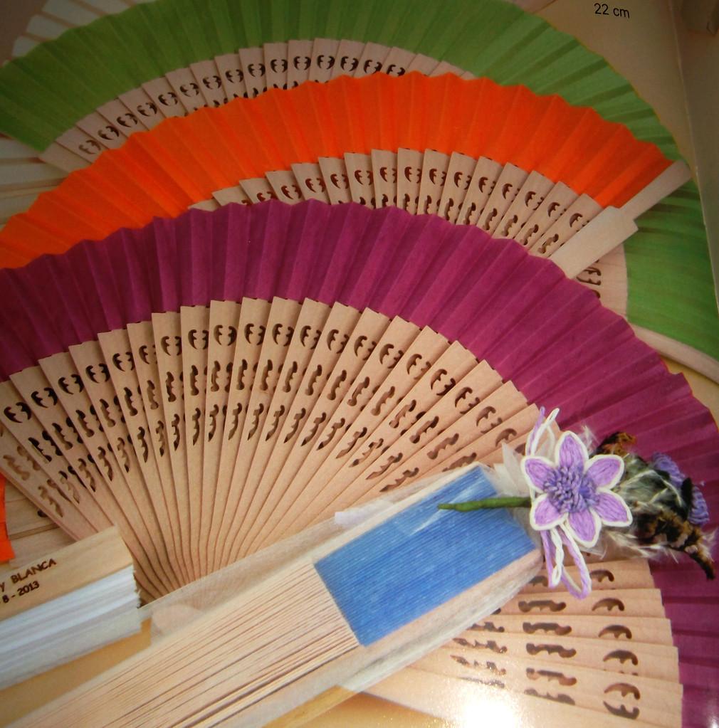 Abanico sándalo calado y tela surtido en diferentes colores