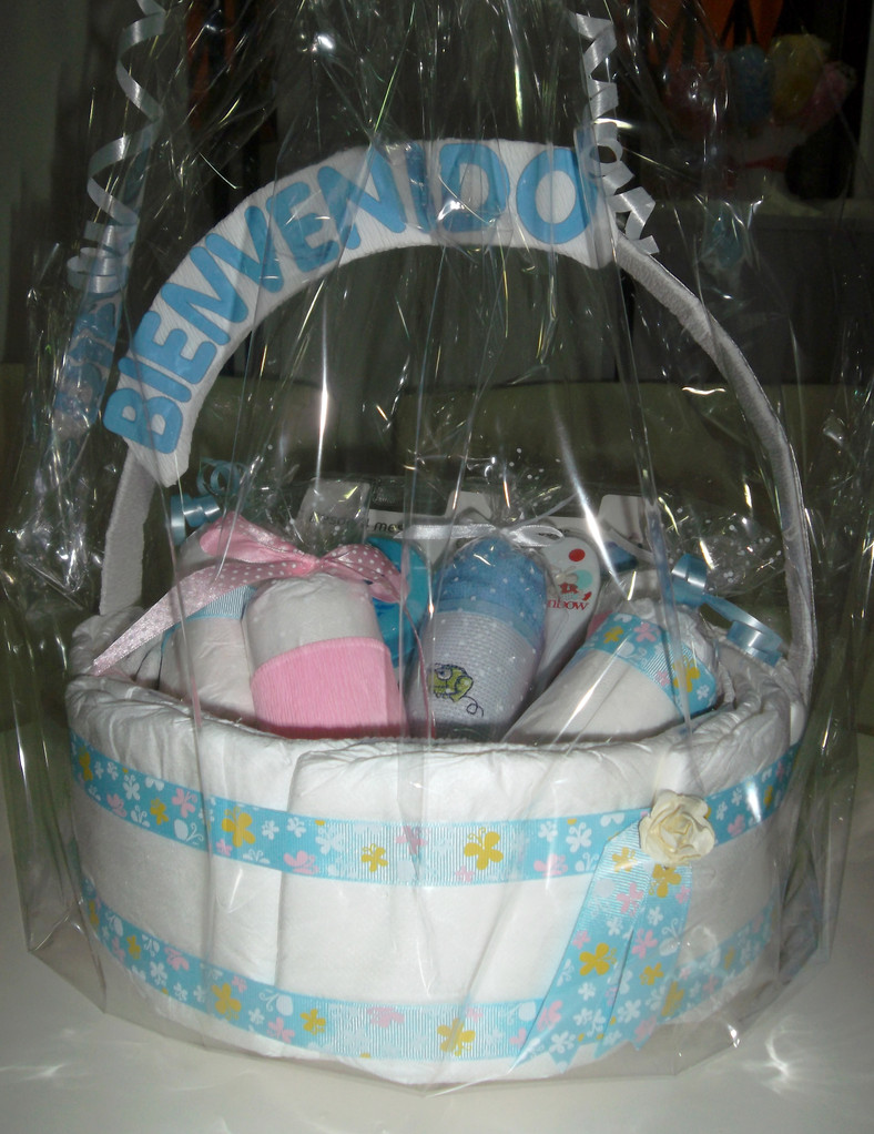 Cestita de caramelos (1 babero personalizable, 1 par de calcetines, 1 sonajero, 1 cepillo y 1 peine especiales para recien nacido, 12 pañales) 30€