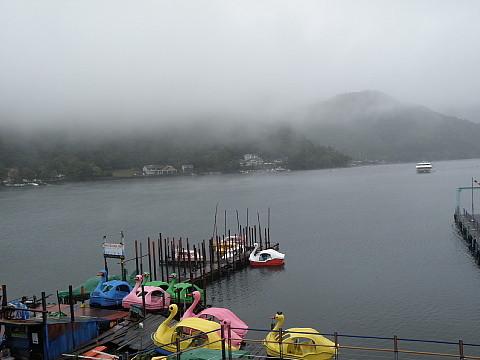雨に煙る湖