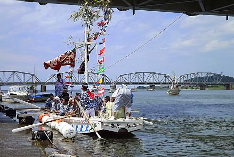 桜江の櫂揃船、水の力で押し流されて接岸