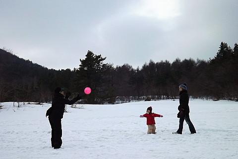 女の子と赤いボール