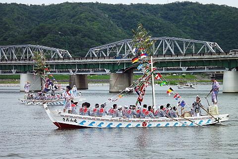 江川橋を行く櫂揃船