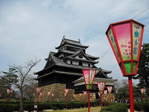 2012年松江城の桜は遅れています。