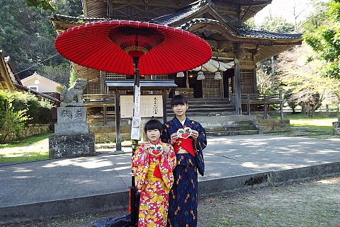 城上神社の絵馬と女の子