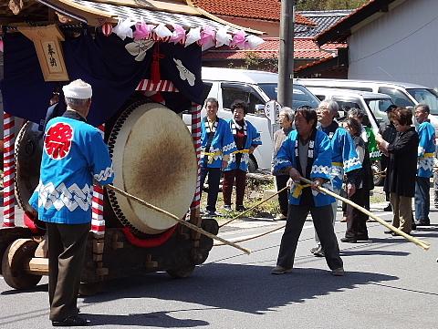 町内を練り歩く大太鼓
