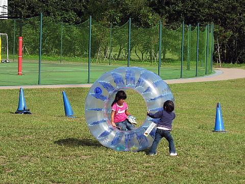 子供たちは楽しく遊んでいます。