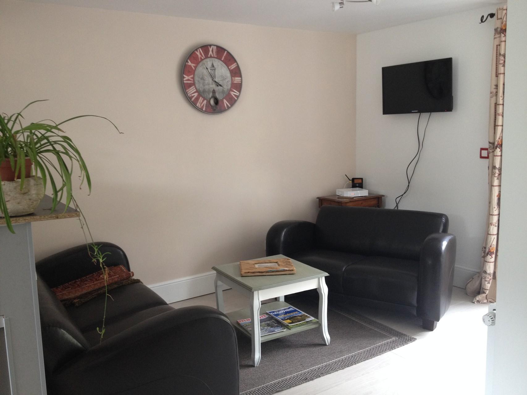 Le séjour bénéficie de deux canapés club , d'une TV écran plat et du WI-FI  Accès direct et de plain-pied sur l'extérieur