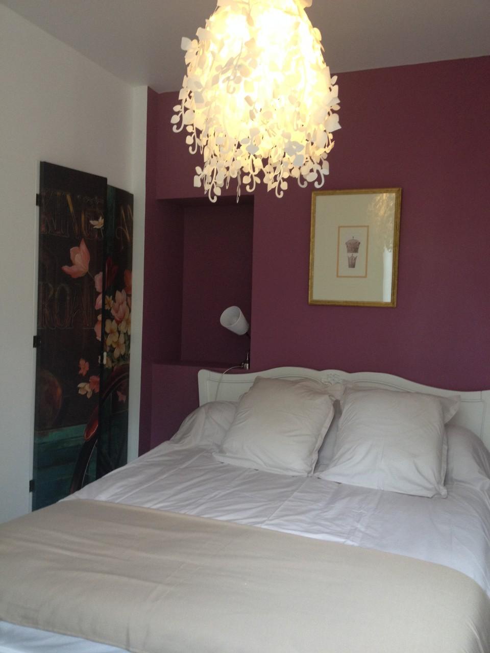 La Chambre rose  lit de 160 x 200 avec matelas grand confort , les draps sont fournis gratuitement