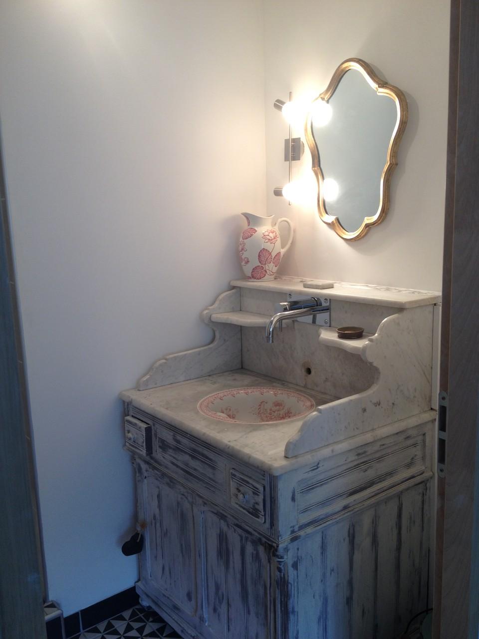 Salle de Bain avec grande douche , les serviettes de toilettes sont fournies gratuitement