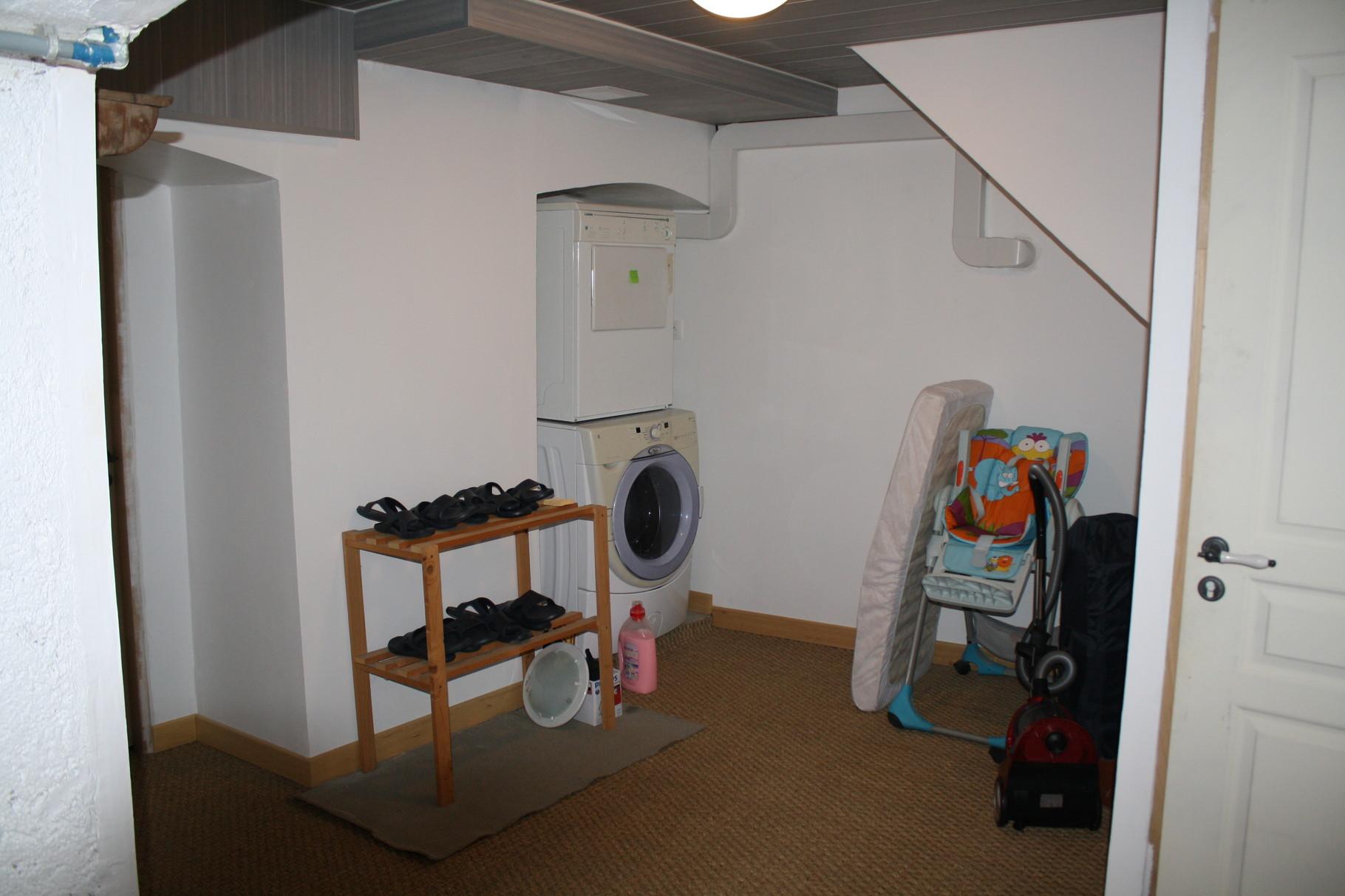 Buanderie avec lave-linge et sèche-linge. Pour les jeunes parents , prêt d'un lit parapluie , d'une chaise haute , d'une baignoire bébé et d'un matelas à langer .