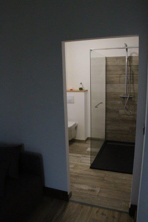 und dessen Badezimmer