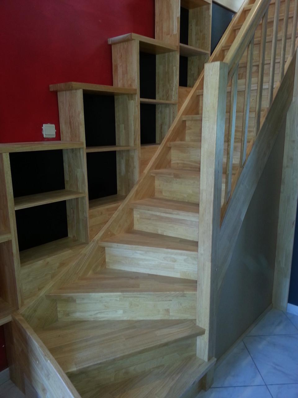 escalier en hévéa avec bibliothèque intégré