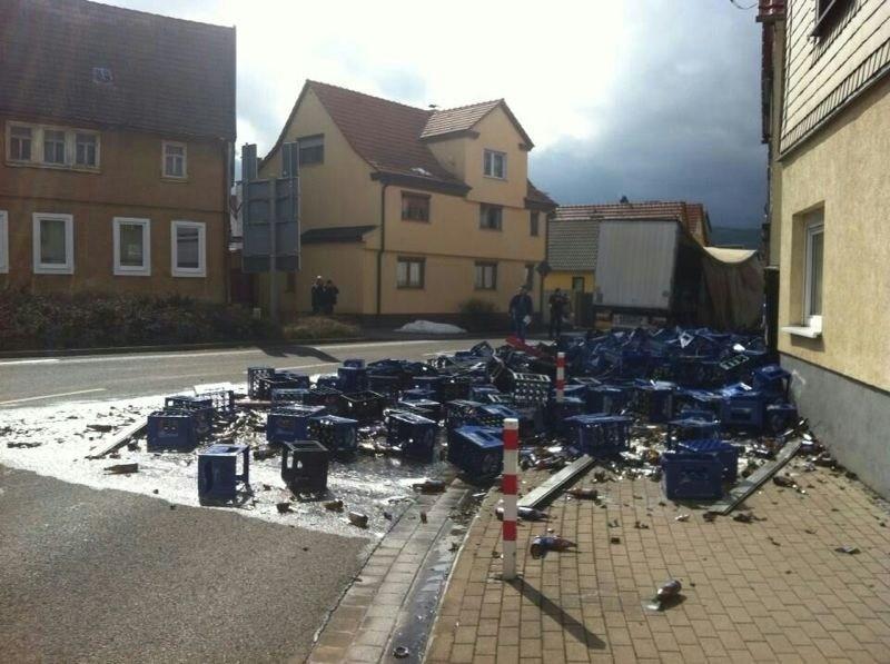 Am 10.04.2013 verliert ein LKW beim abbiegen in die Karl- Marx Straße seine ganze Bierladung. Nur durch Glück wird keiner verletzt.