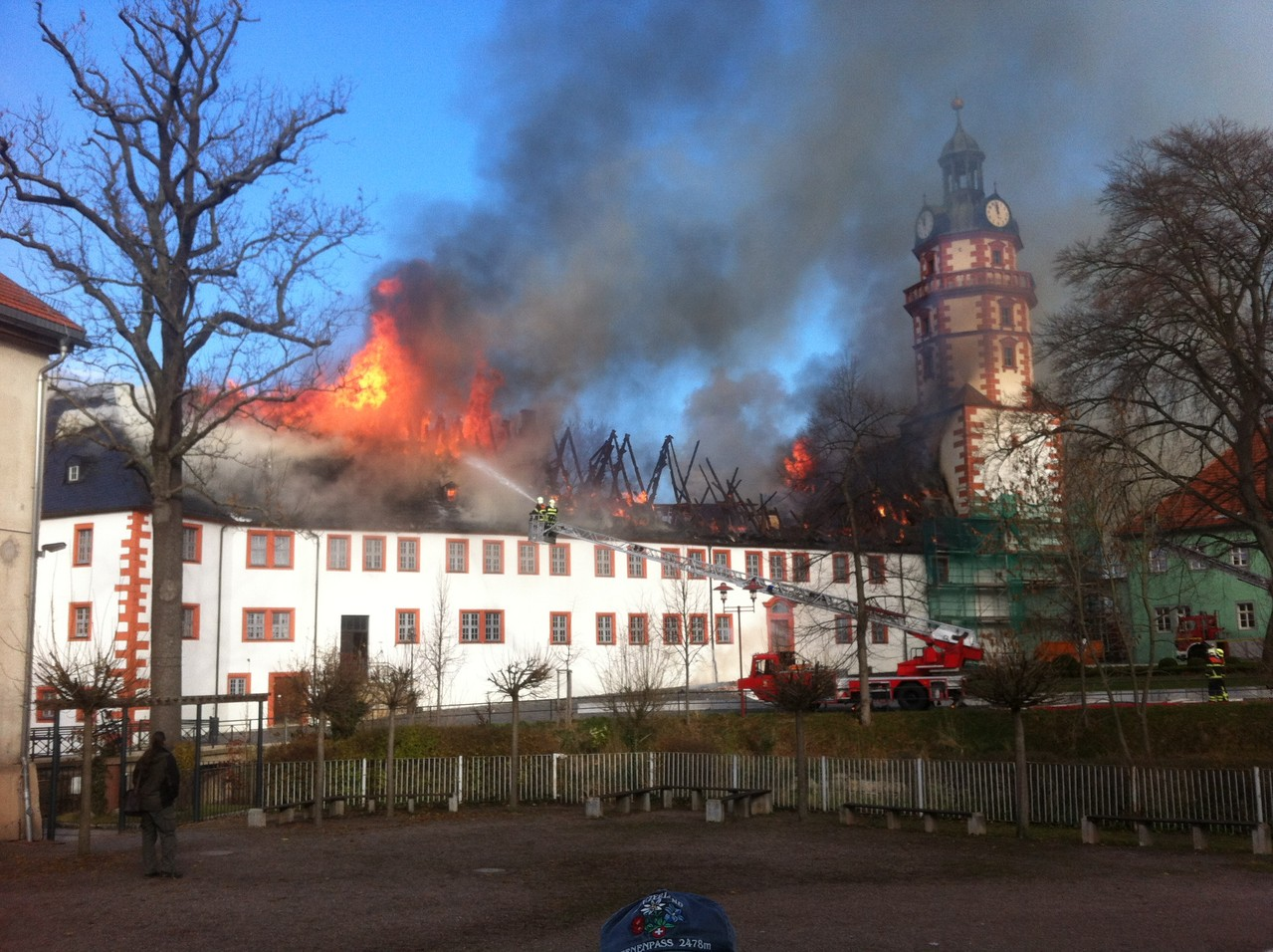 Am 26.11.2013 brennt in Ohrdruf das Schloss Ehrenstein. Zahlreiche Kulturgüter gehen verloren. Ein großer Teil des Dachstuhls brennt nieder. Foto: crawinkler-runde.de