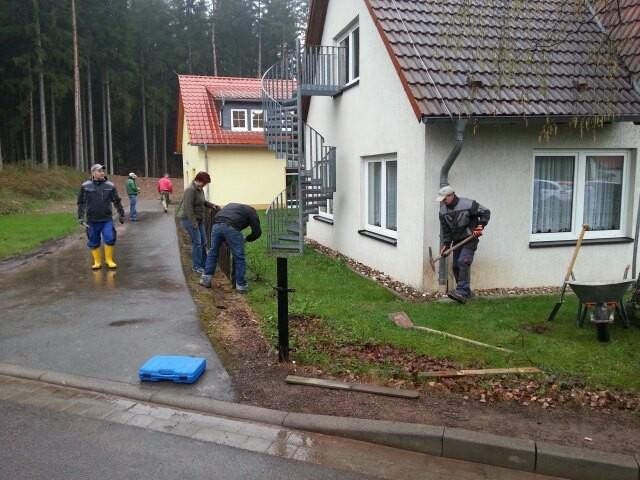 Freiwillige Eltern bauen trotz schlechten Wetter´s einen neuen Zaun am 27.04.2013 im Kindergarten. Foto: Onno Eckert