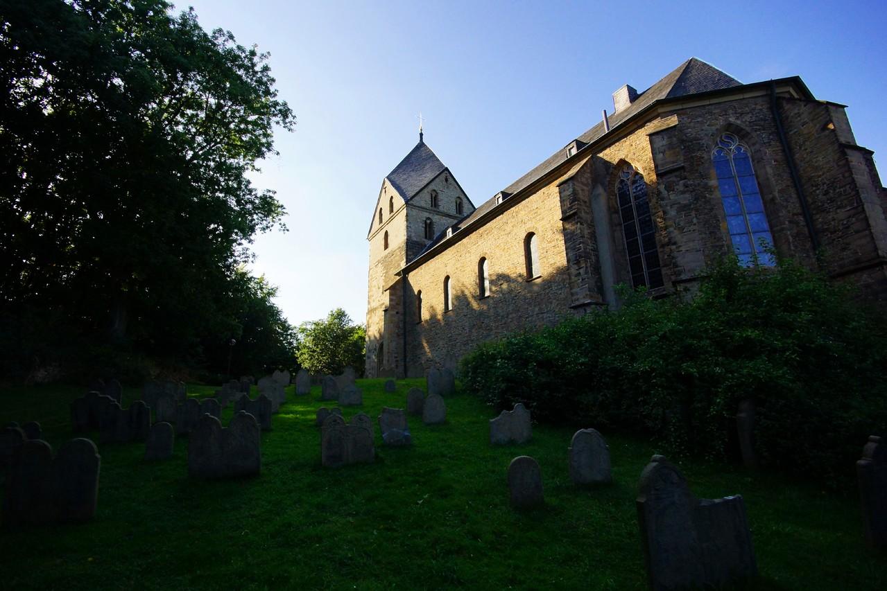 St. Peter zu Syburg - Der Friedhof ist 1200 Jahre alt, die Kirche weiß ich nicht aber der Turm hat auch schon seine 800 Jahre auf dem Buckel. Und Innen = traumhaft einfach wie es seinerzeit war. Der Glaube stand im Vordergrund