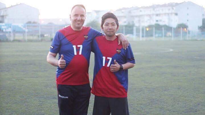 FKアドリアの監督を務めるページャ氏(左)とGMの大迫氏(右)