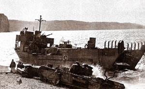 """Le Churchill II lance-Flamme """"Beetle"""" chenille détruite dès sa sortie du LCT (en arrière plan)"""