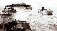 L'un des LCI vient de débarquer ses barges d'assaut