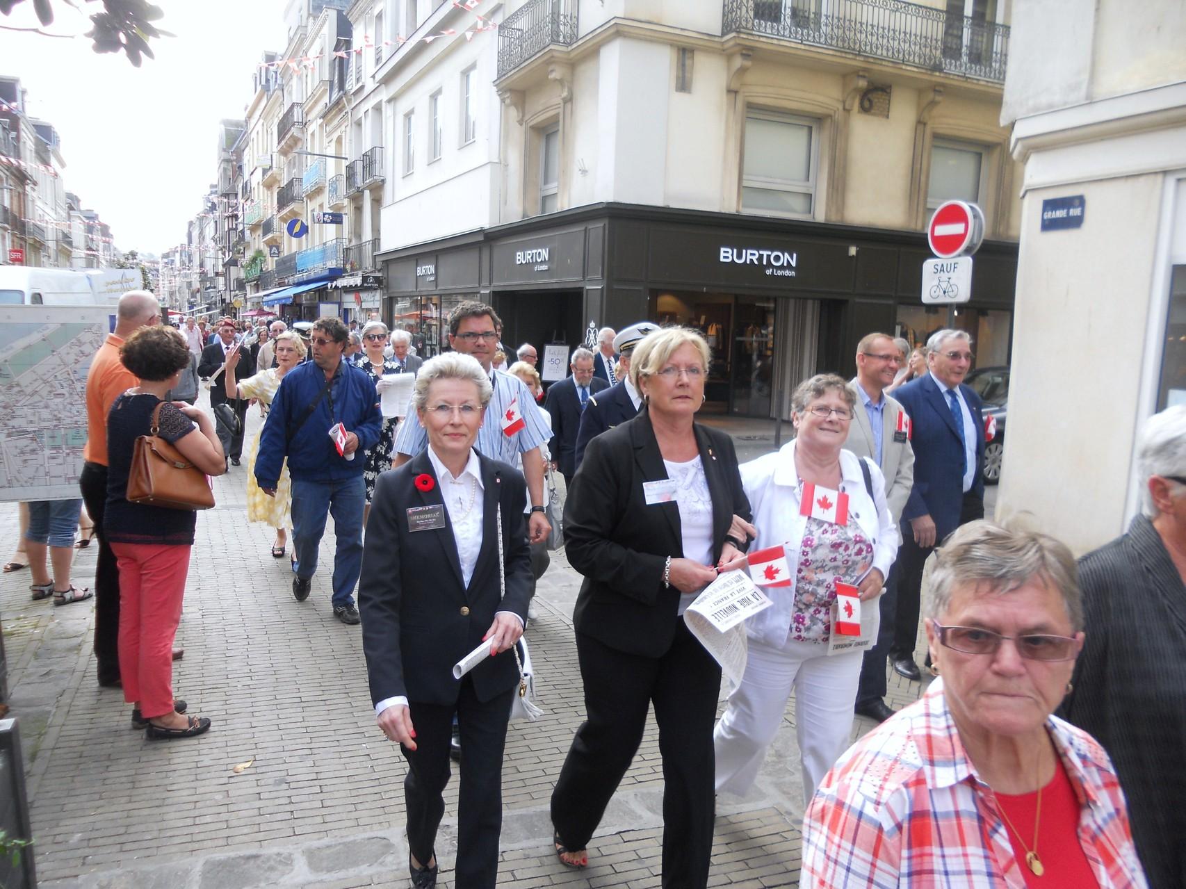 Dans la Grande Rue, les membres de Jubilee dans le défilé Républicain.
