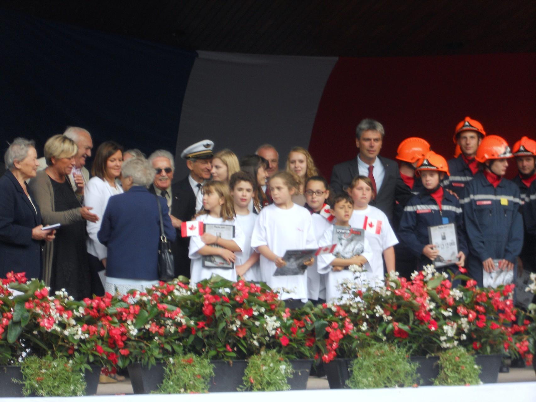 """Tout le Monde sur Scène, s'est vu remettre notre Bande Dessinée """" Opération Jubilee"""""""