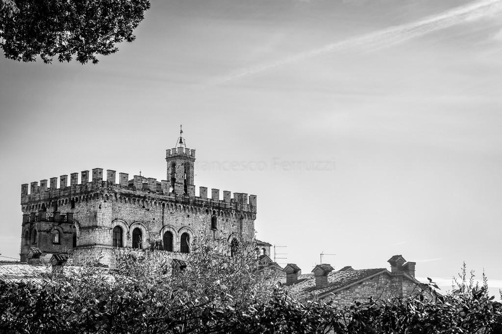 fotografia palazzo dei consoli bianco e nero
