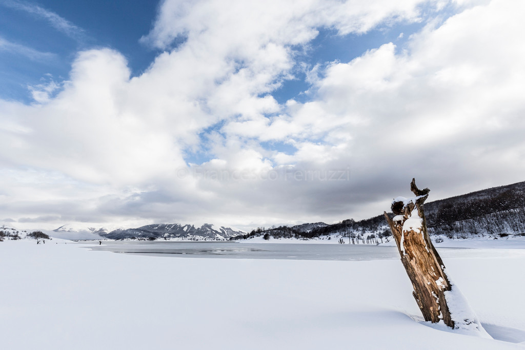 Il lago di Campotosto ghiacciato in inverno - Parco Nazionale del Gran Sasso e Monti della Laga