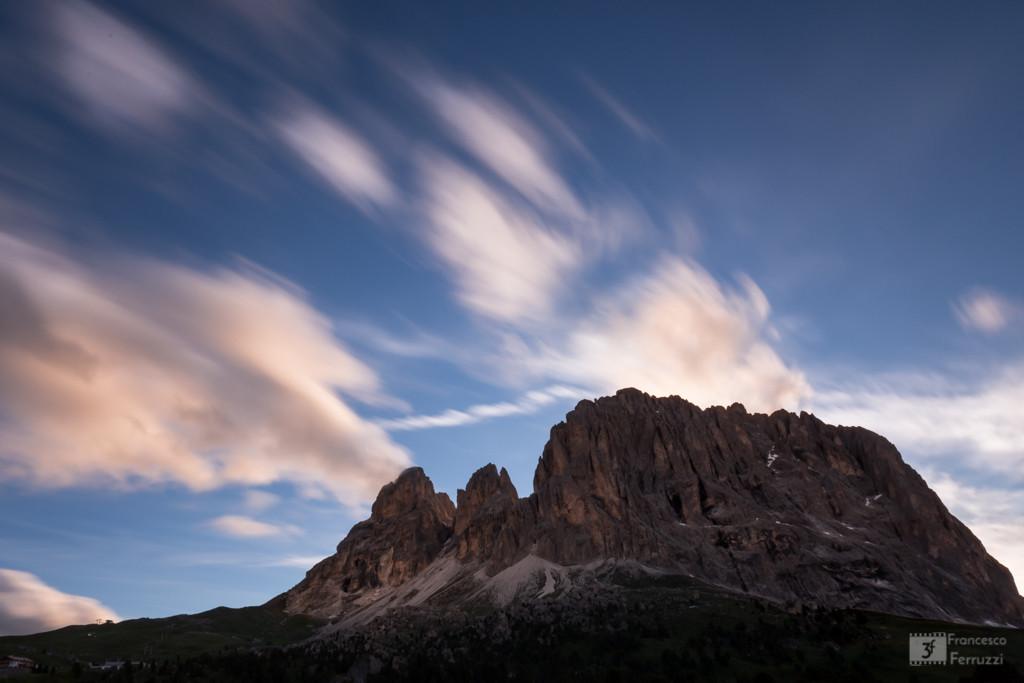 Dolomiti: il Sassolungo ripreso al tramonto dal Passo Sella