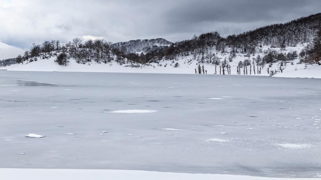 La superficie ghiacciata del lago