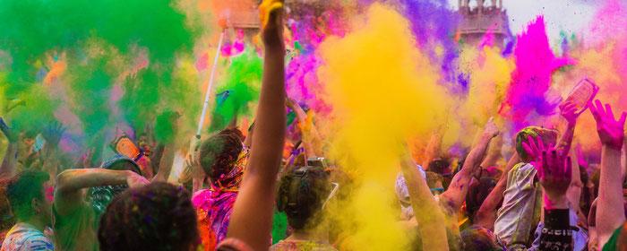 Explosión de colores en un festival de música.