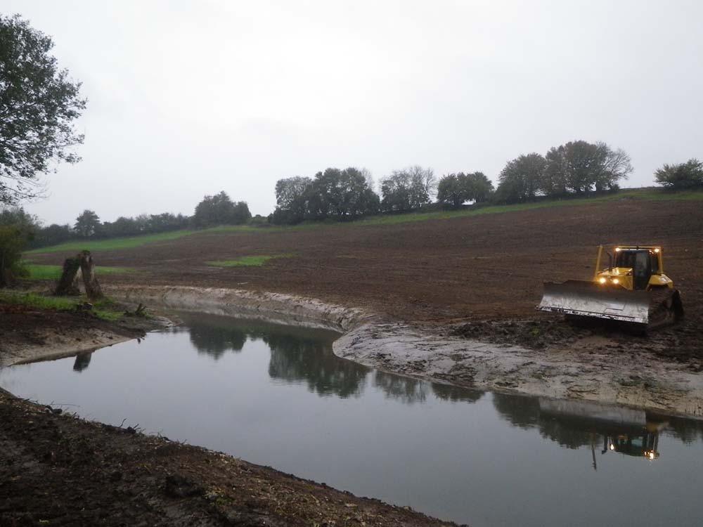 Réglage de la terre issue des terrassements sur la parcelle riverain,e du nouveau cours d'eau