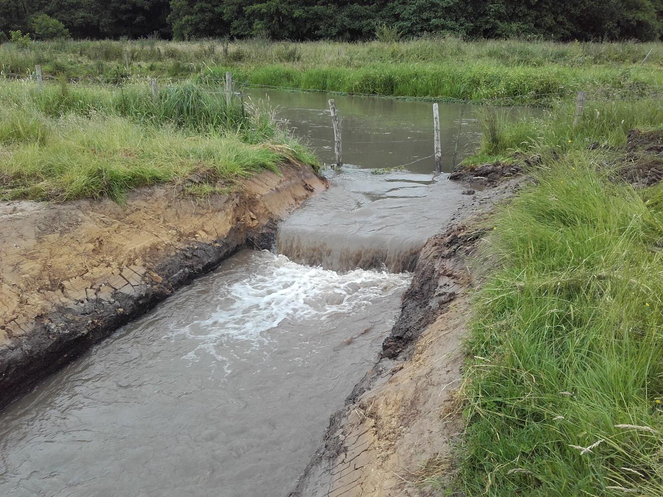 Mise en eau du fossé provisoire à l'aval du moulin