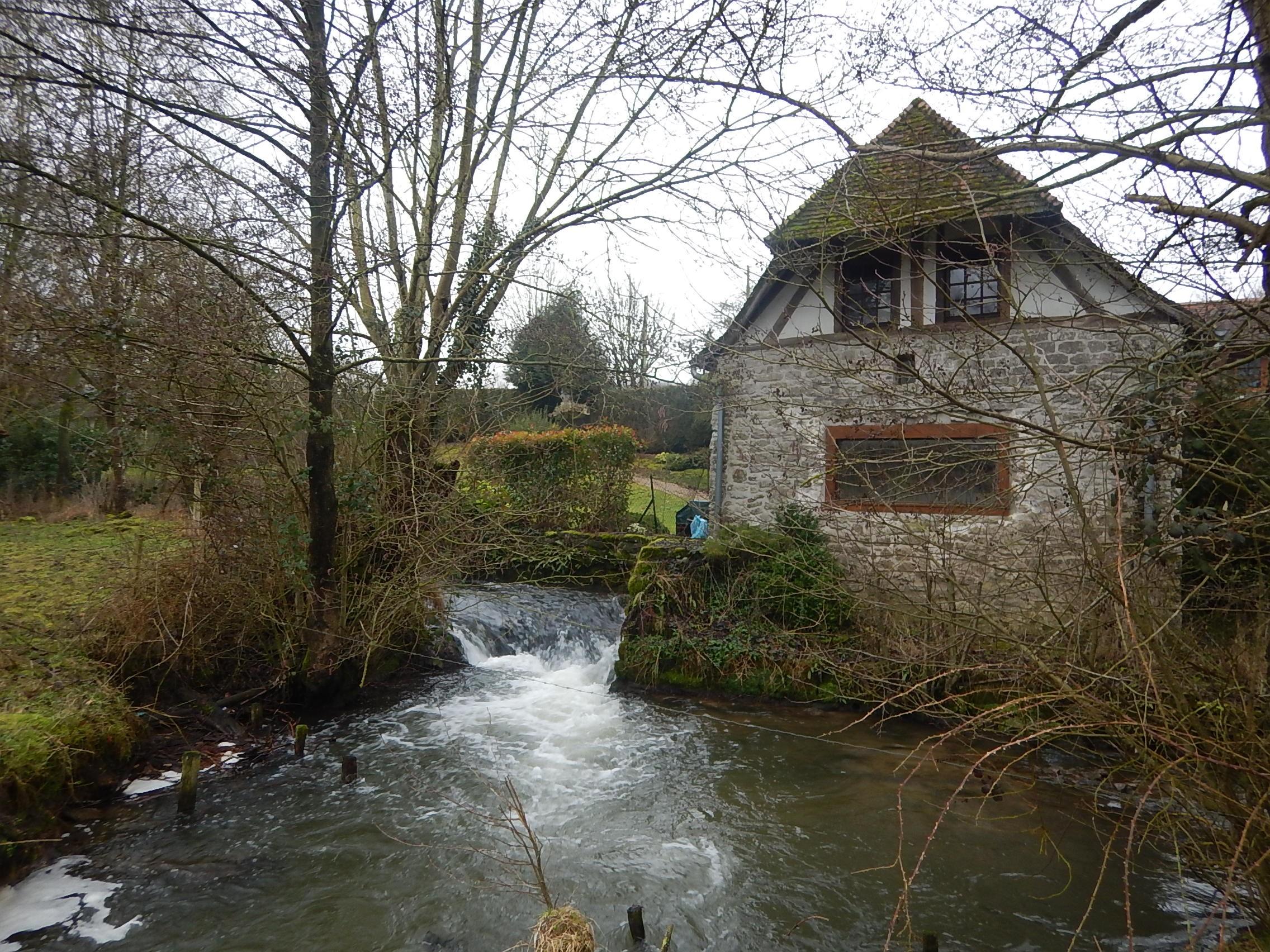 Le moulin Jacquet et l'anse d'érosion en aval de la chute