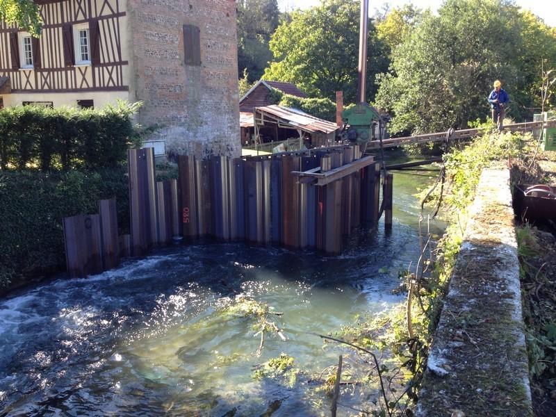 Le battage des palplanches continue pour former les pré-barrages