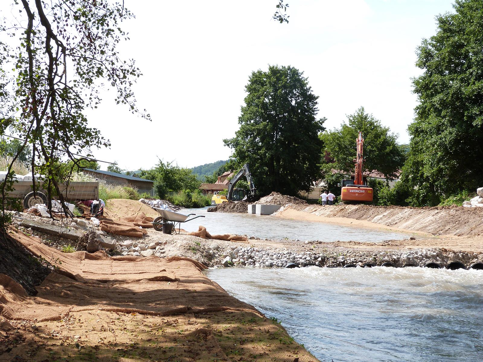 Vue de l'amont depuis l'aval sur le passage provisoire (accès chantier)