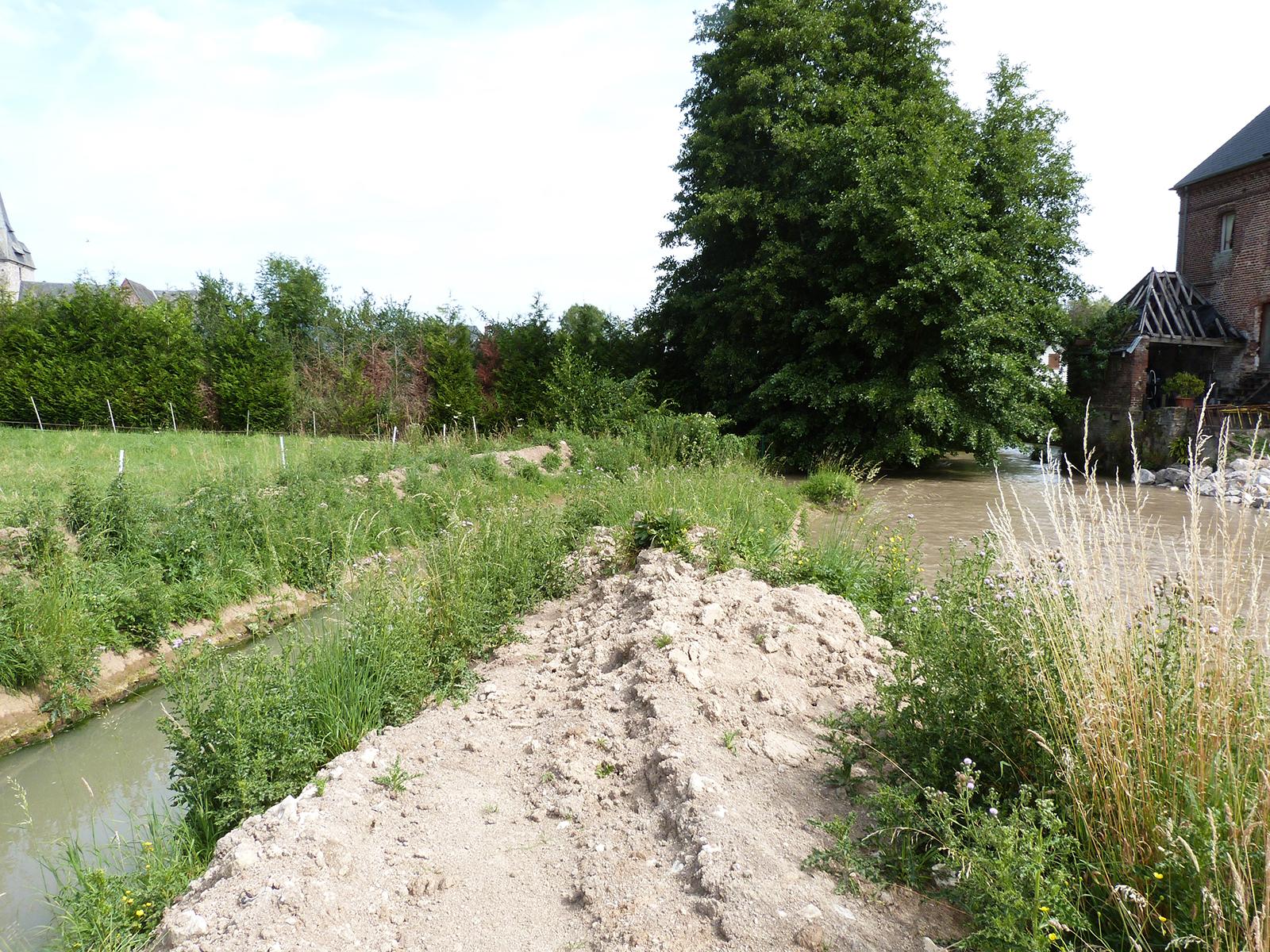 À gauche le canal provisoire (pour les besoins du chantier)
