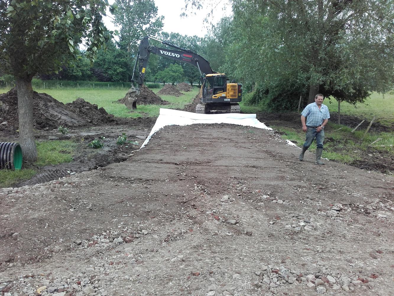 Création de la piste d'accès au chantier.