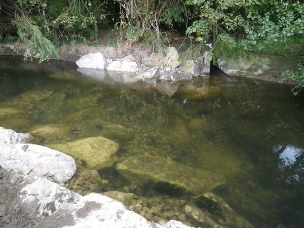 Seuil de fond installé dans le bief à l'aval afin d'alimenter les douves du manoir d'archelles