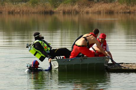 Michael Mora geht als zweiter Taucher ins Wasser