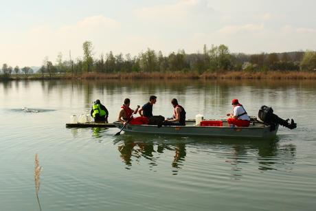 Das Floß wird mit Paddelkraft ans Ufer gezogen