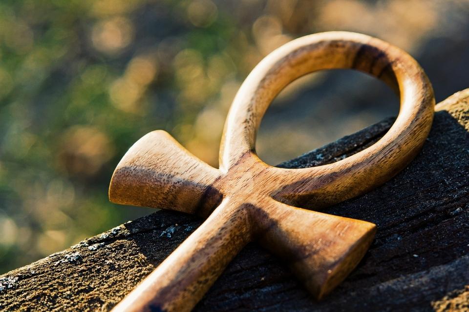 Die Prinzipien der Wahrheit sind sieben; derjenige, der sie kennt und versteht, besitzt den Meister-Schlüssel, durch dessen Berührung sich alle Tore des Tempels öffnen.